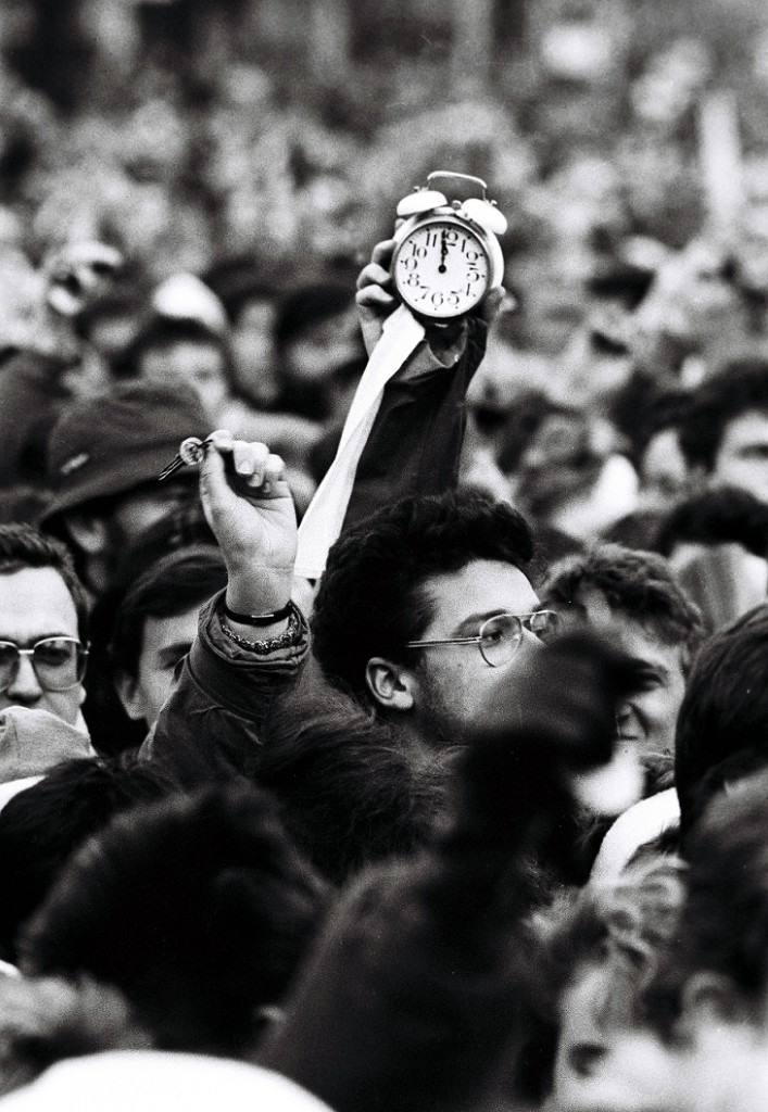 bratislavská masová manifestácia Bratislavèania Námestie SNP generálny štrajk komunizmus socializmus totalita pád nesloboda ¾udské práva hodiny budík